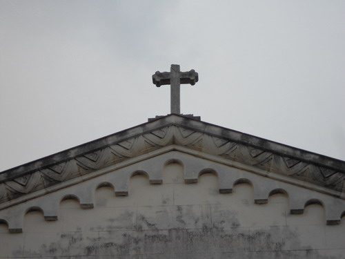Detalles del estado actual de la Cruz en la parte superior de la entrada principal.