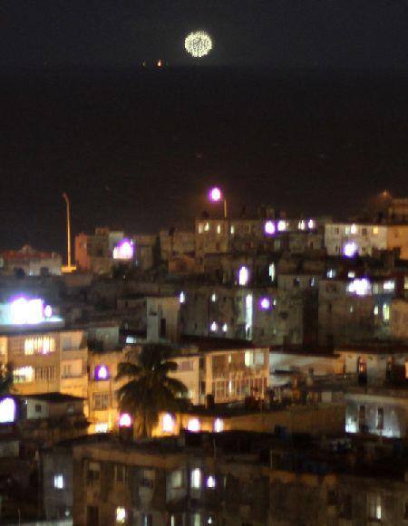 Fuegos artificiales frente a La Habana por el día de los DDHH