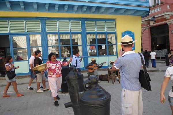 http://www.translatingcuba.com/images/miscposts/1390799060_5.-Dos-ancianos-tocan-sus-guitarras-y-ella-pasa-el-cepillo-o-el-sombrero-1.png