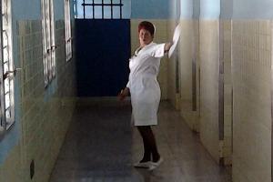 http://www.translatingcuba.com/images/miscposts/1403535856_enfermera-que-negocc81-la-asistencia-300x200.png